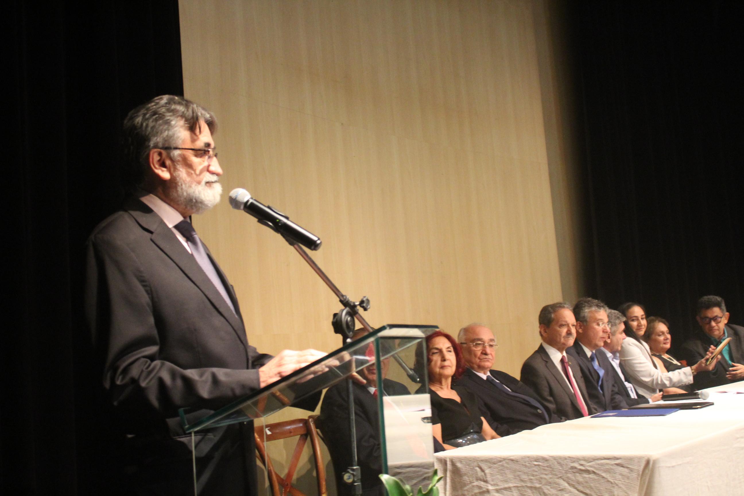 Médico José Itamar Abreu Costa é o novo imortal da APL