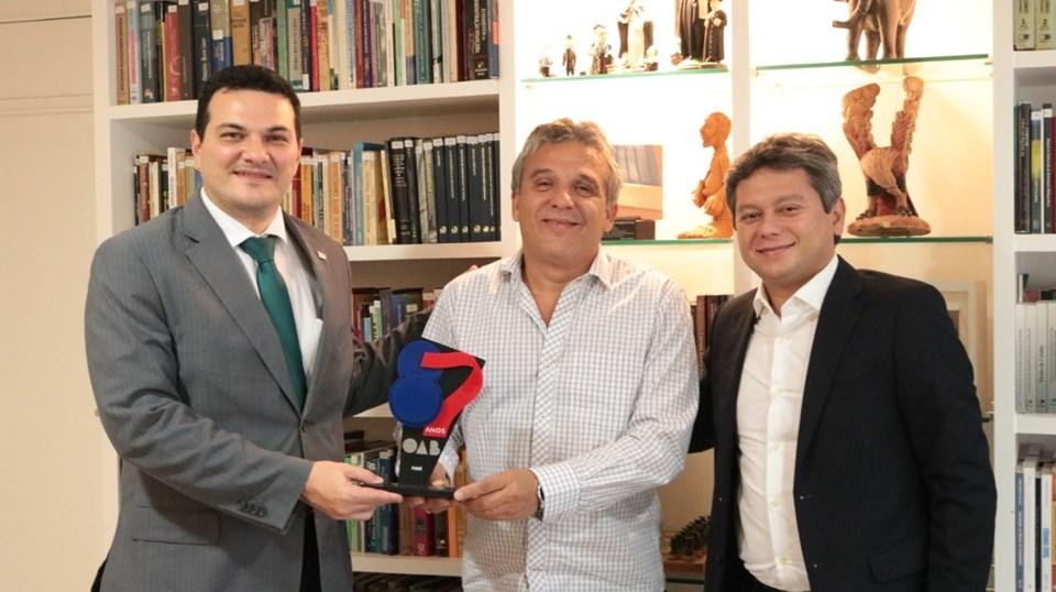 Nelson Nery Costa é agraciado com troféu comemorativo da OAB Piauí
